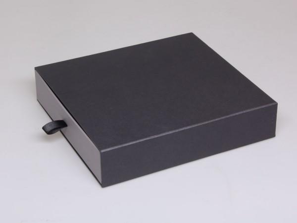 Elegante Kartonschachtel mit Einlage für eine Halskette oder ein Schmuckset