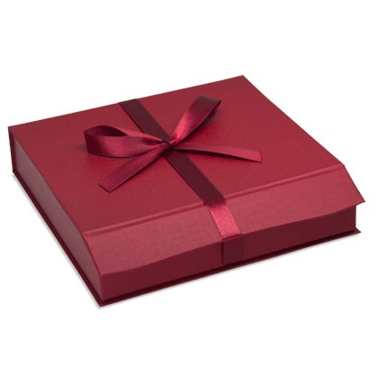 Rote Geschenkverpackungen mit passender Schleife zum verpacken von Schmuck und Accessoires, als Weih