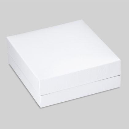 Edle weisse Geschenkbox in welcher Trauringe präsentiert und aufbewahrt werden